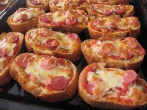 sosis - Ekmekten Kolay Pizza Tarifi